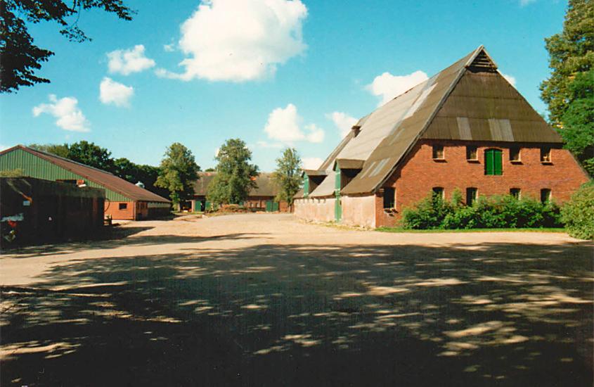 Die große Hofanlage des Gut Schäferhof um 1990 mit mehreren großen Stallungen und Gebäuden